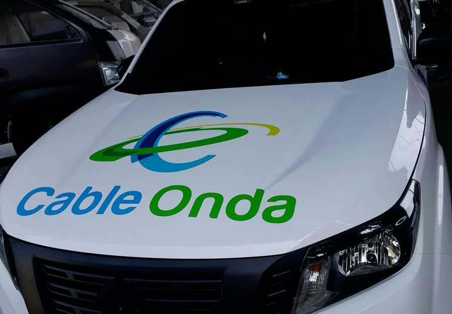 Carro rotulado con logo